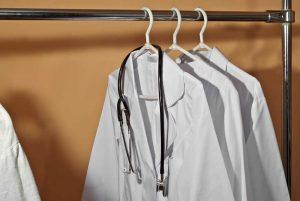 Qué elementos debe tener un uniforme sanitario